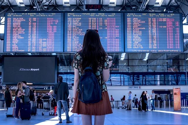 dívka na letišti