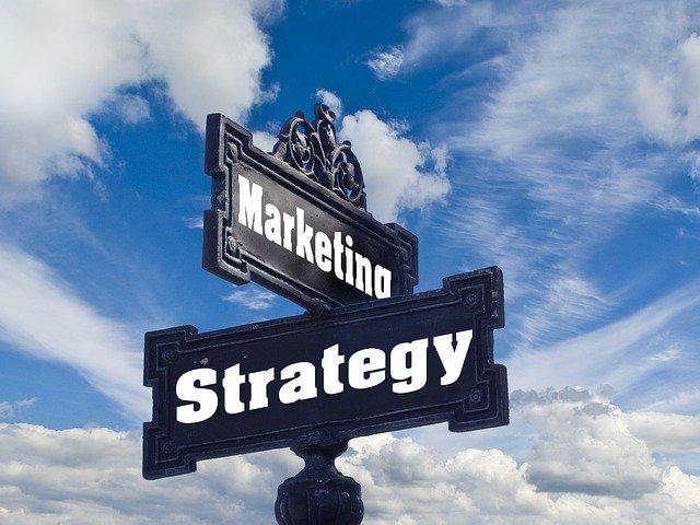 rozcestník mezi marketingem a strategií