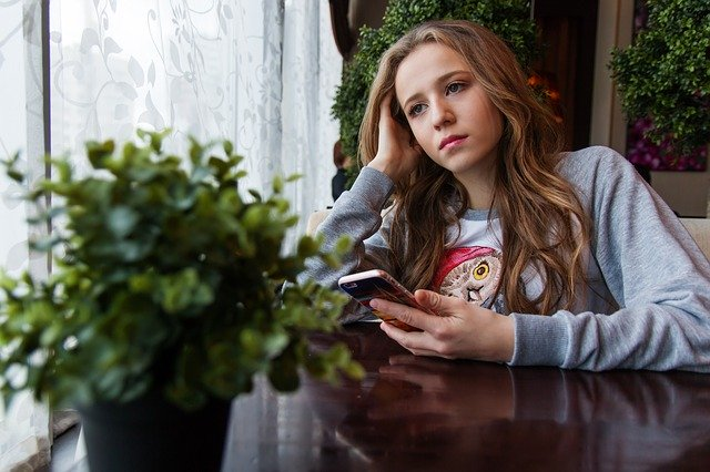 znuděný pohled dospívající dívky