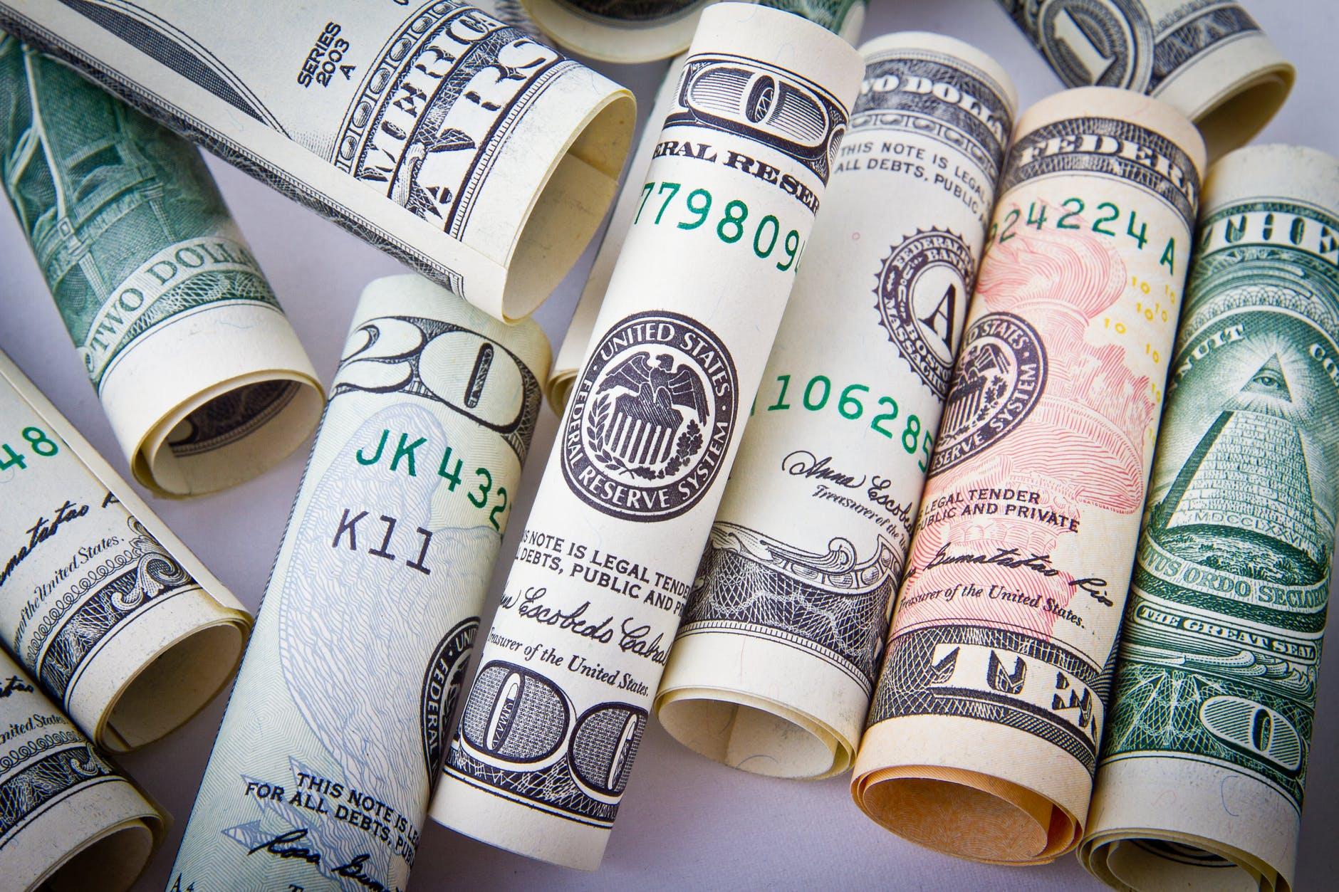 ruličky amerických dolarů
